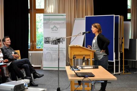 Susanne Düskau stellt das Projekt SprInt-Rostock vor. Foto: Dien Hong e.V.