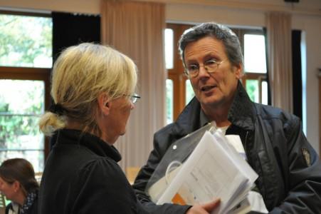 Achim Pohlmann, Projektkoordinator von SprIntpool-Transfer aus Wuppertal, im Gespräch mit Ulrike Seemann-Katz vom Flüchtlingsrat MV. Foto: Dien Hong e.V.