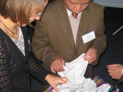 Auch Geschenke gab es auszupacken: Vorstandsmitglieder Susanne Düskau und Nguyen Duy Long
