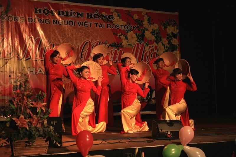 """Der Tanz """"Vietnam, meine Heimat"""" der Vietnamesischen Frauengruppe. Foto: Lothar Brungs"""
