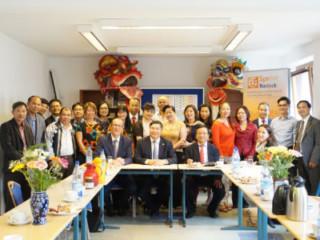 Vietnamesischer Botschafter zu Besuch bei Diên Hông e.V.