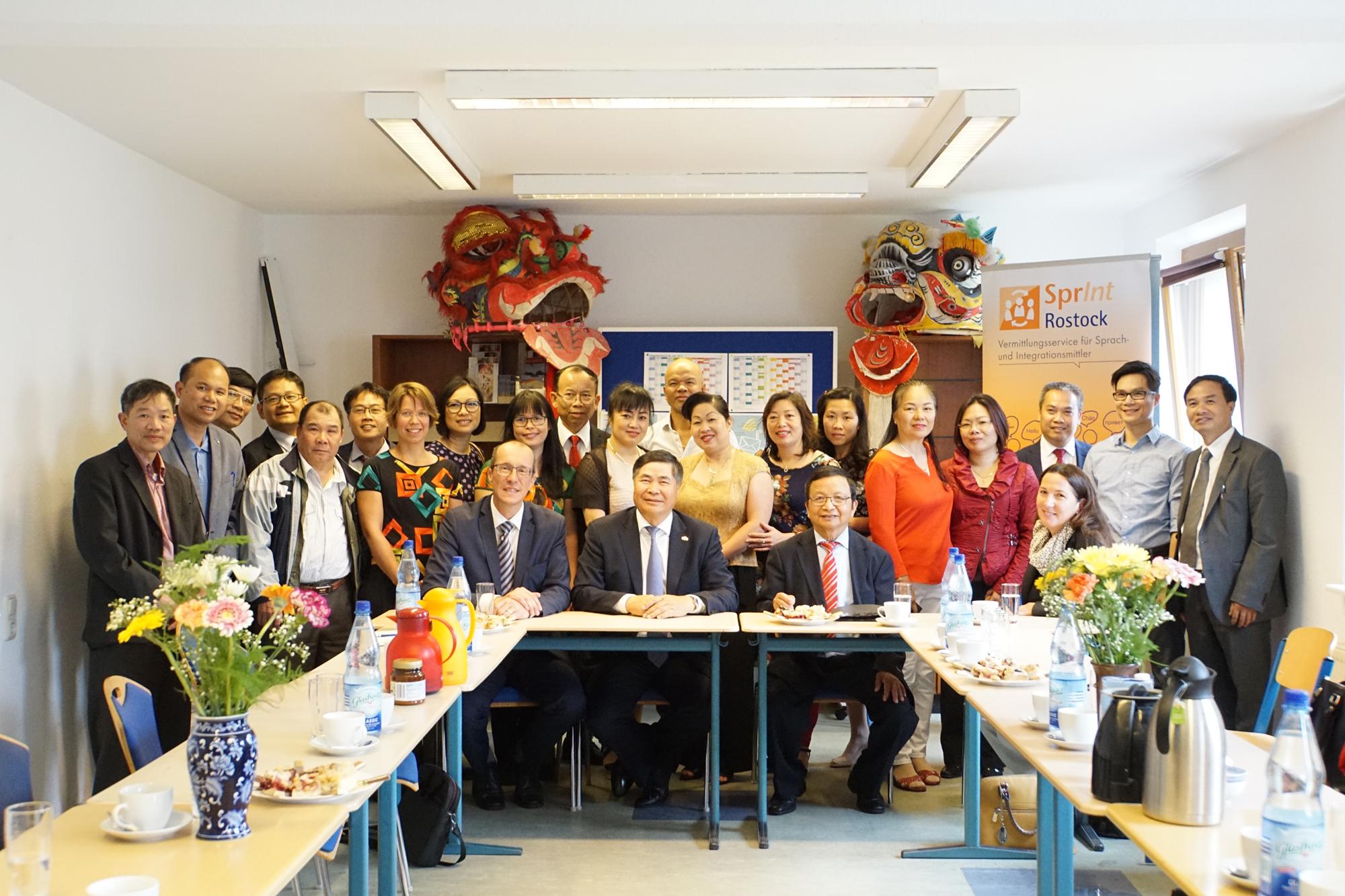 Vordere Reihe (sitzend) v.l.n.r.: Peter Stein (MdB), Botschafter Doan Xuan Hung, Vereinsworsitzender Nguyen Duy Long und Integrationsbeauftragte Stephanie Nelles.